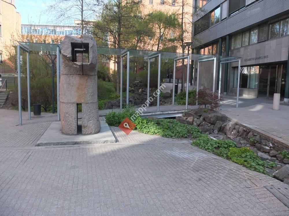 Skulpturen utenfor Elisabeth Lampes Hus